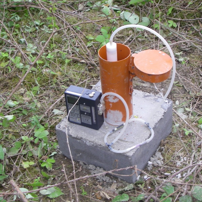 Prélèvement d'un échantillon de gaz du sol au droit d'un piézair